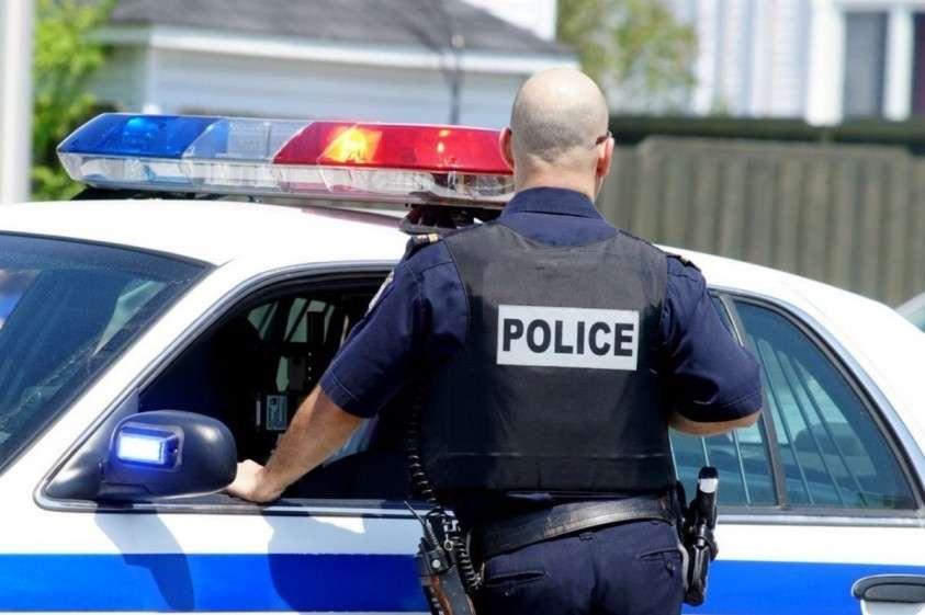 В США полицейский застрелил женщину в ее собственном доме за то, что у неё просто была открыта дверь