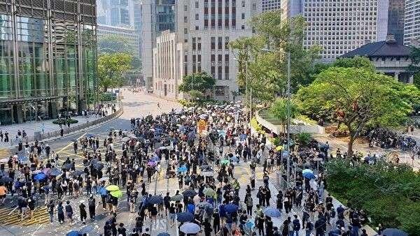 Участники акции протеста в торговом районе Causeway Bay в Гонконг
