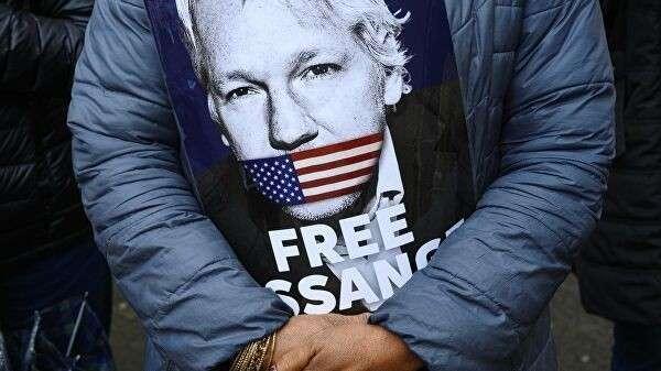 Плакат в руках активиста во время акции в поддержку Джулиана Ассанжа около здания Вестминистерского Суда в Лондоне