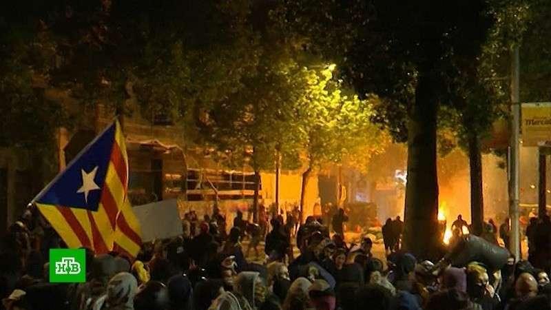 Беспорядки в Барселоне набирают силу: около ста пострадавших