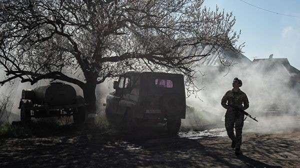 Солдат ВСУ у линии соприкосновения в Донбассе