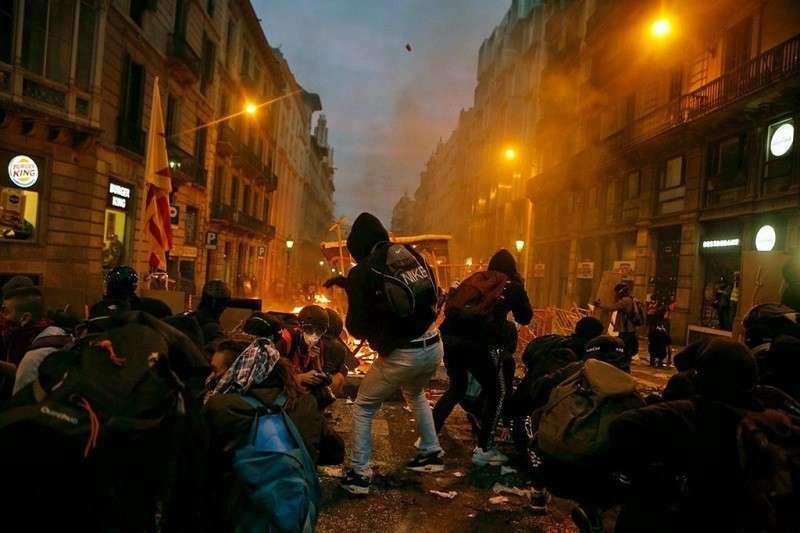 В Каталонии бунтовщики провели мусорный митинг