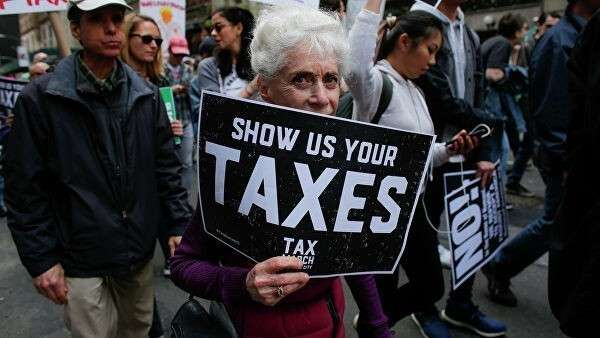 Участники налогового марша в Нью-Йорке