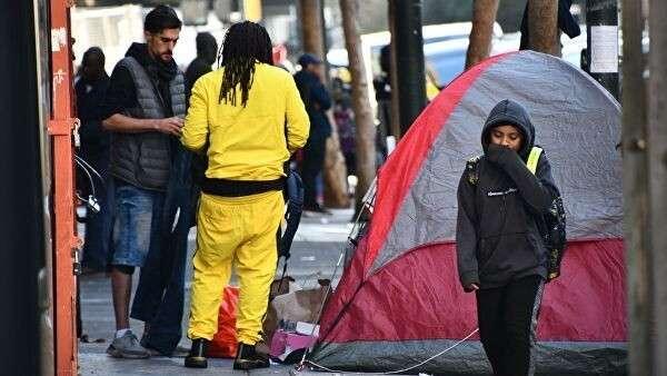 Палатки бездомных в Сан-Франциско перегораживают тротуары, и люди вынуждены обходить их по проезжей части