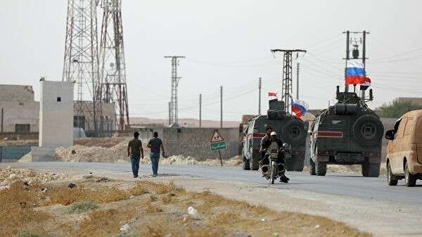 Патруль российской военной полиции в сирийском городе Манбидж