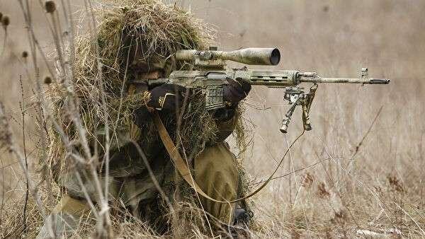 Снайпер на позиции во время учений бригады специального назначения ЮВО в Краснодарском крае
