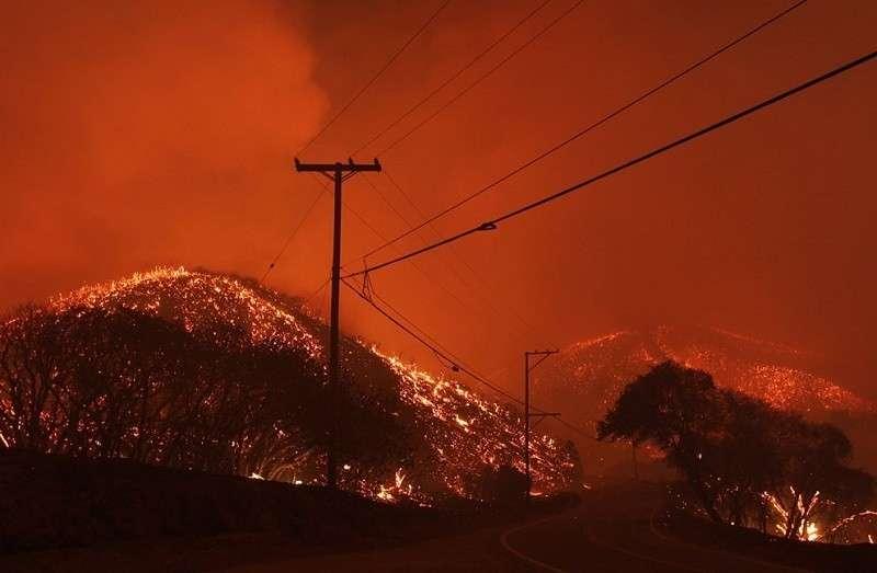 Массовая эвакуация проводится в Калифорнии из-за пожаров