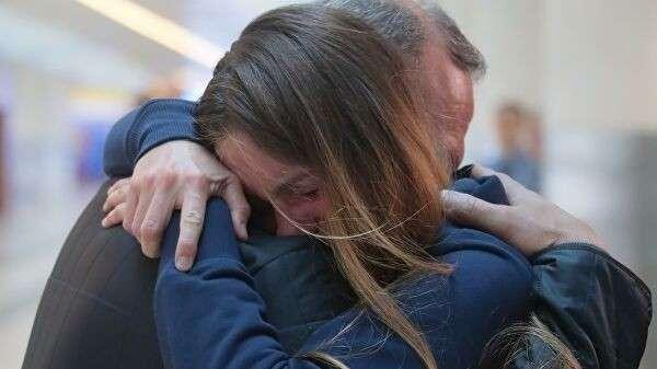 Мария Бутина, освобожденная из тюрьмы в США, с отцом Валерием Бутиным в международном аэропорту Шереметьево