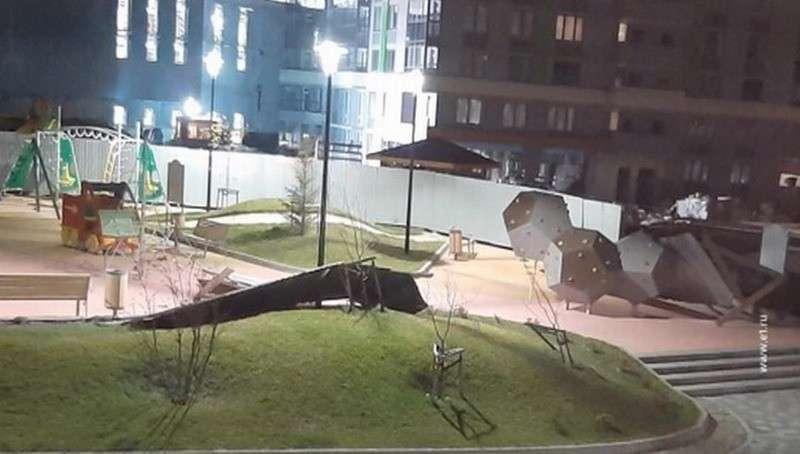 В Екатеринбурге объявлено штормовое предупреждение, по городу летают заборы и баннеры