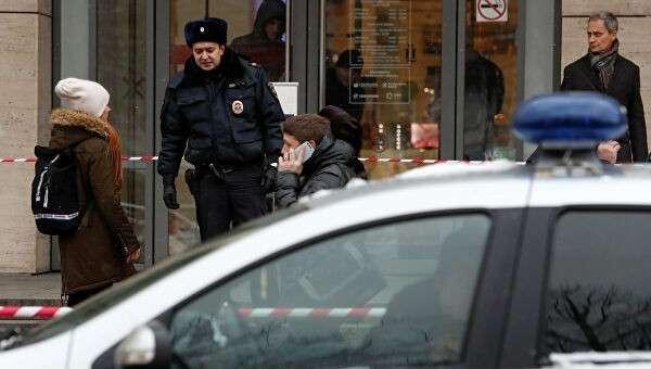 Полицейский у торгового центра Цветной в Москве. Архивное фото