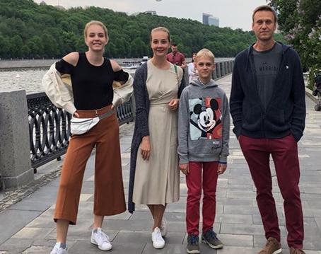 Лицемерные твари Навальный и Соболь «заплевали» соцсети семейными фоточками