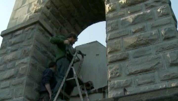 Поляки крушат молотками памятник советским воинам