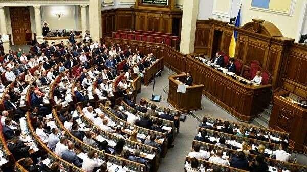 Президент Украины Владимир Зеленский выступает на первом заседании девятого созыва Верховной рады Украины в Киеве