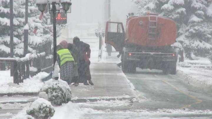 Юг России засыпали снегопады. Коммунальщики не справляются с последствиями