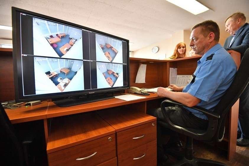 Часть камер подключена к специальной программе, которая умеет распознавать лица всех людей, попадающих в объектив.