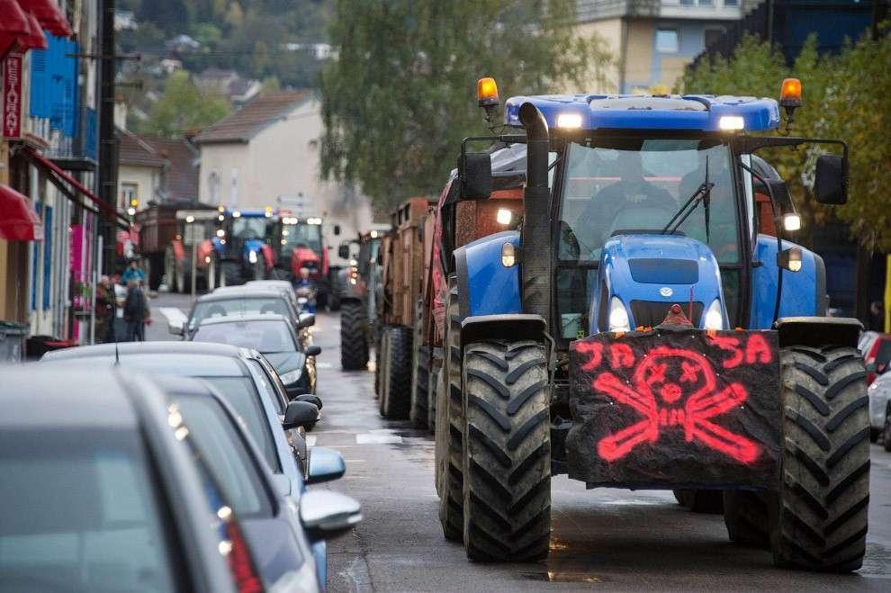 Фермеры на тракторах с черепами в Везуле