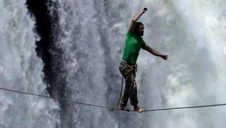 Прогулка над ревущей бездной: два канатоходца покорили водопад Виктория