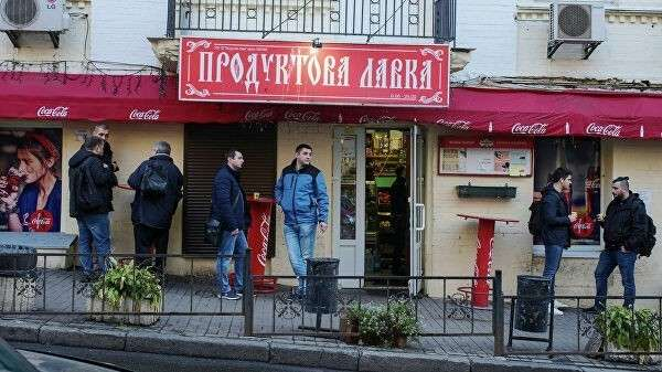 Люди на одной из улиц в центре Киева