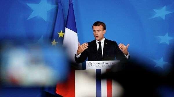 Президент Франции Эммануэль Макрон выступает на саммите ЕС в Брюсселе