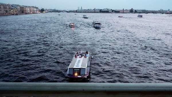 Прогулочные катера на реке Неве в Санкт-Петербурге