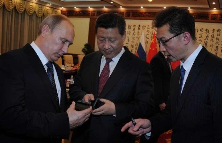 Владимир Путин подарил Си Цзиньпину YotaPhone 2