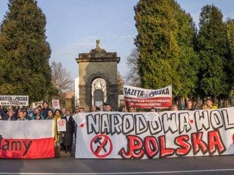 Сотни людей бастуют в Польше против сноса памятника советским воинам