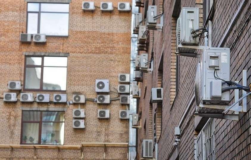 Горсть кондиционеров на стенах зданий в Москве.