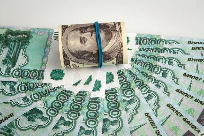 Россия успешно избавляется от доллара США, отмечает французская пресса