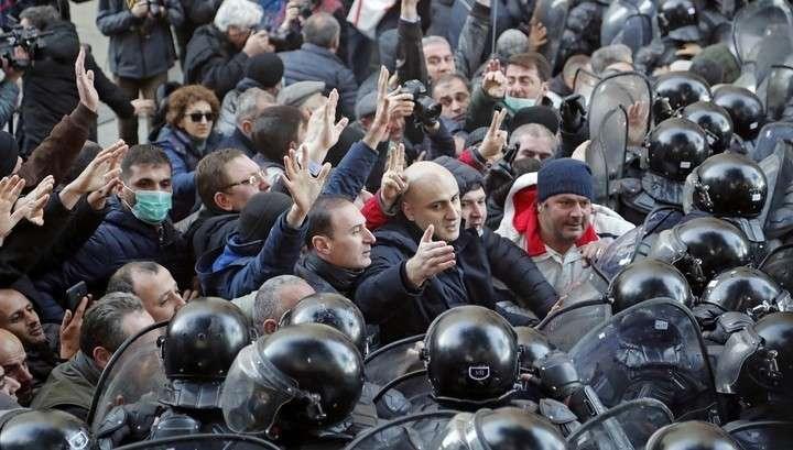 В Грузии беспорядки. Майдан оттеснён спецназом от парламента