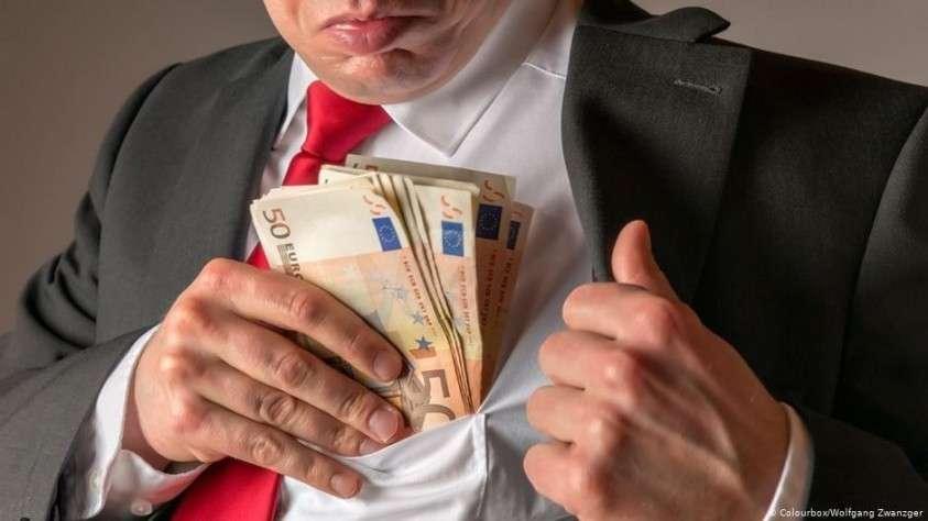 Как устроены самые главные схемы воровства денег у России