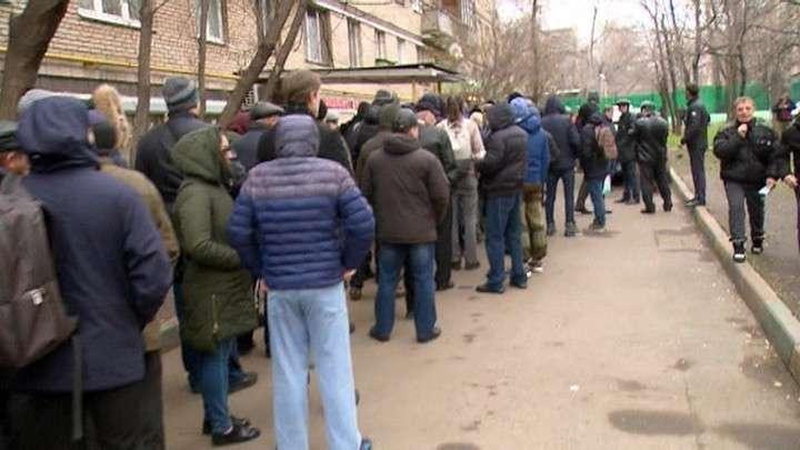 Россияне стоят сутками в очереди за медицинским допуском для вождения авто