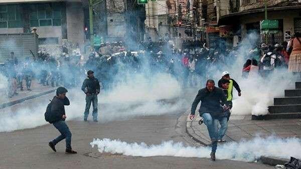 Применение слезоточивого газа во время столкновений между сотрудниками сил безопасности и сторонниками бывшего президента Боливии Эво Моралеса