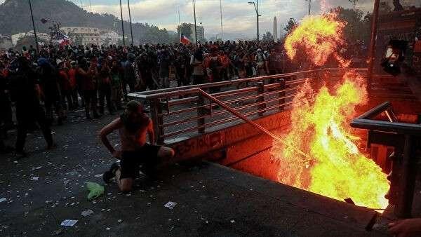 Пожар у входа в метрополитен Сантьяго