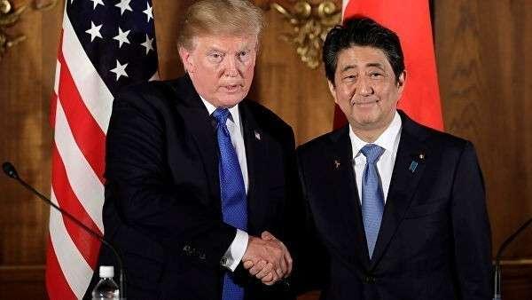 Президент США Дональд Трамп и премьер-министр Японии Синдзо Абэ во время пресс-конференции в Токио, Япония. 6 ноября 2017