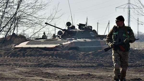Солдат украинской армии у линии соприкосновения в Донбассе