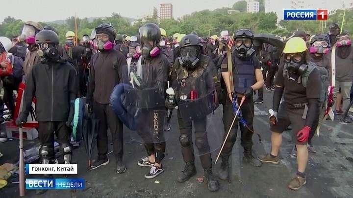 В Гонконге майданщики вооружились, щитами, дубинками, луками и арбалетами