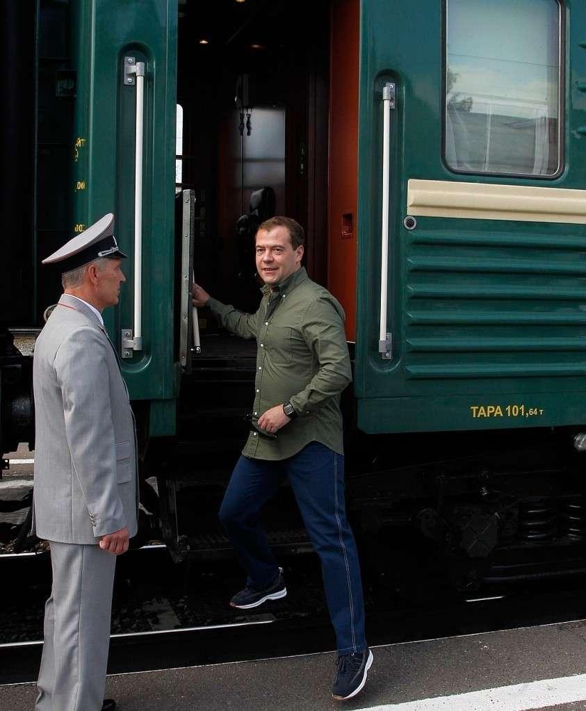 Этот снимок сделан в августе 2012 года на станции Топки в Кемеровской области, где остановился правительственный спецпоезд и Дмитрий Медведев вышел прогуляться. Тогда вагоны секретного состава были еще зеленого цвета. Фото: Дмитрий АСТАХОВ/ТАСС