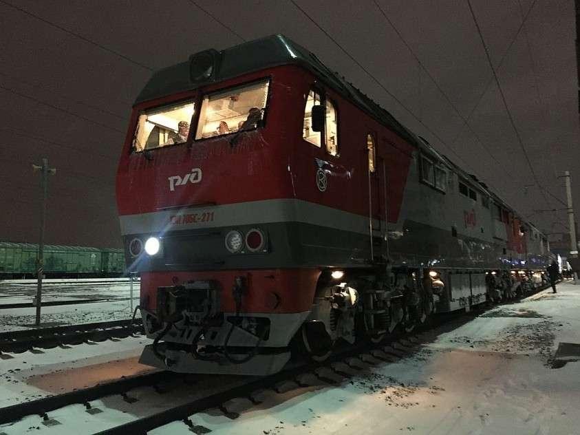 Этот поезд тянут за собой два локомотива сразу, причем у современных тепловозов повышенная мощность. Фото: Елена КРИВЯКИНА