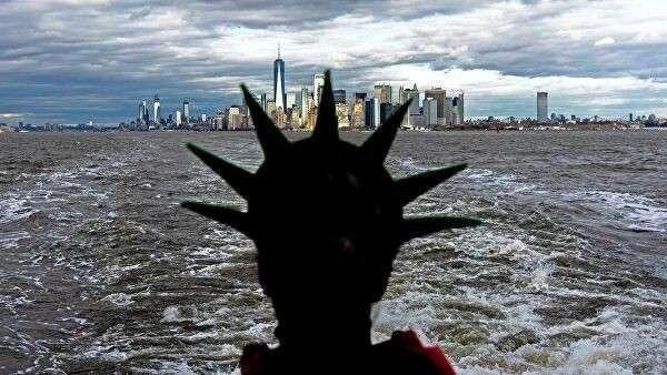 Девушка в шляпе Статуи Свободы на фоне Нью-Йорка