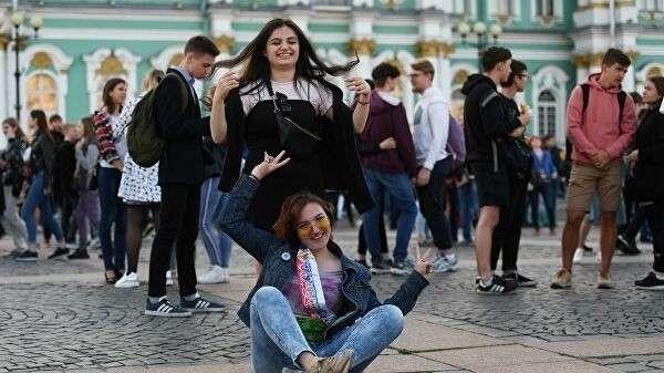 Девушки на Дворцовой площади во время концерта в рамках праздника выпускников Алые паруса в Санкт-Петербурге