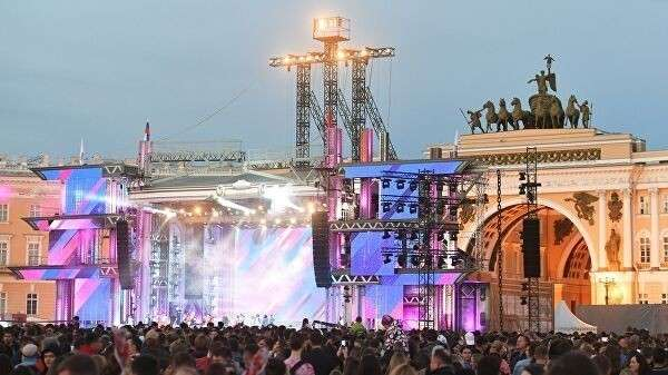 Концерт на Дворцовой площади в рамках праздника выпускников Алые паруса в Санкт-Петербурге