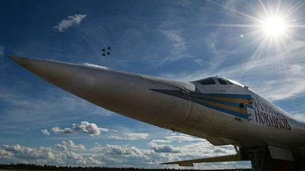 Сверхзвуковой стратегический ракетоносец Ту-160. Архивное фото