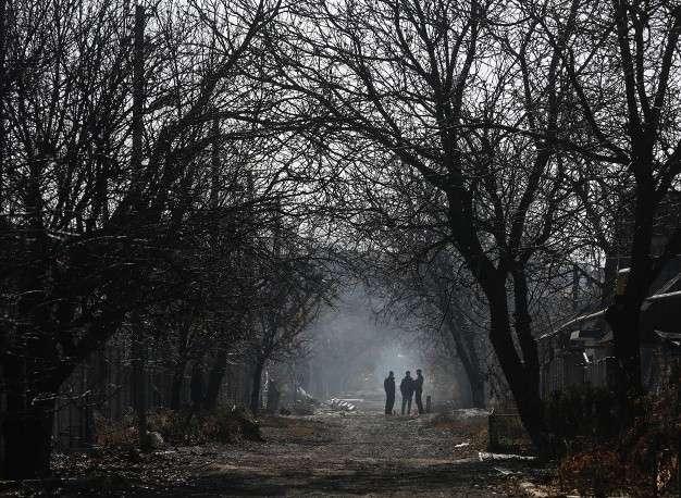 """Председатель ОБСЕ призвал все стороны действовать ответственно и делать все от них зависящее, чтобы сохранить режим прекращения огня. На фото: в районе шахты """"Октябрьская"""" после ночного обстрела украинской армии, Донецк"""
