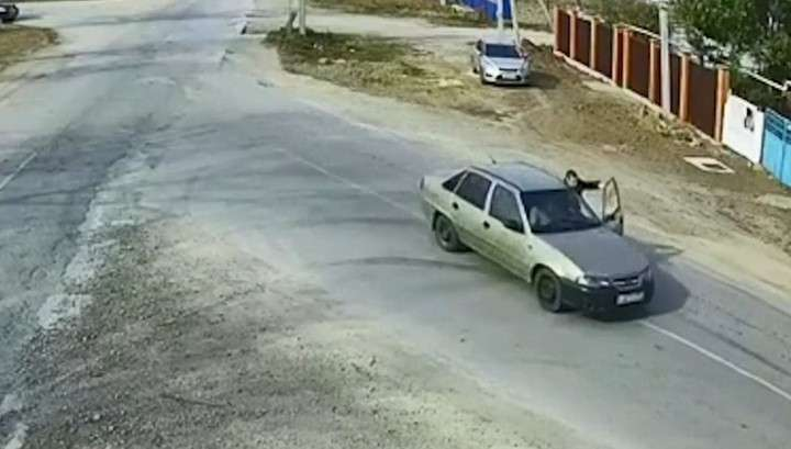 В Крыму полицейский, повиснув на двери автомобиля, остановил пьяного водителя