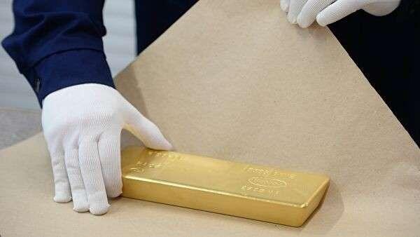Упаковка золотого слитка на Екатеринбургском заводе