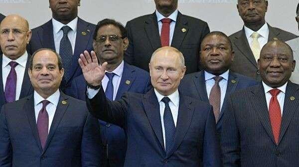 Президент РФ Владимир Путин на церемонии совместного фотографирования с главами делегаций государств-участников саммита Россия – Африка