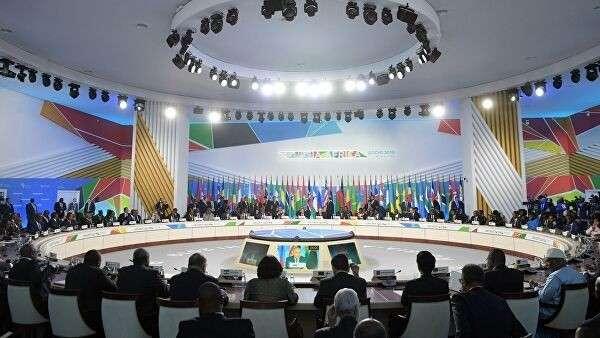 Президент РФ Владимир Путин на первом пленарном заседании саммита Россия – Африка