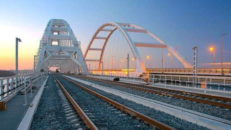 По Крымскому мосту прошел двухэтажный поезд