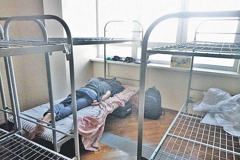 После развода с мужем в квартире Екатерины Быковой появился вот такой хостел. Свою долю бывший супруг стал сдавать – имеет право! А тот, кто ее арендует, заявляет: гости приехали.