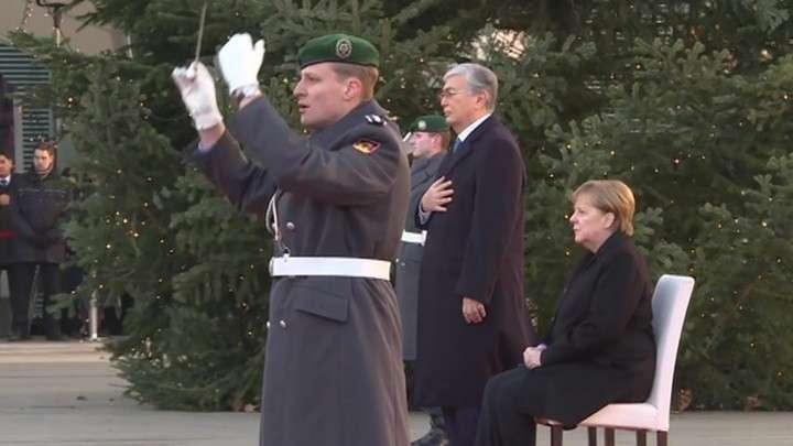 Казахстан. Меркель не смогла встать со стула при звуках гимна